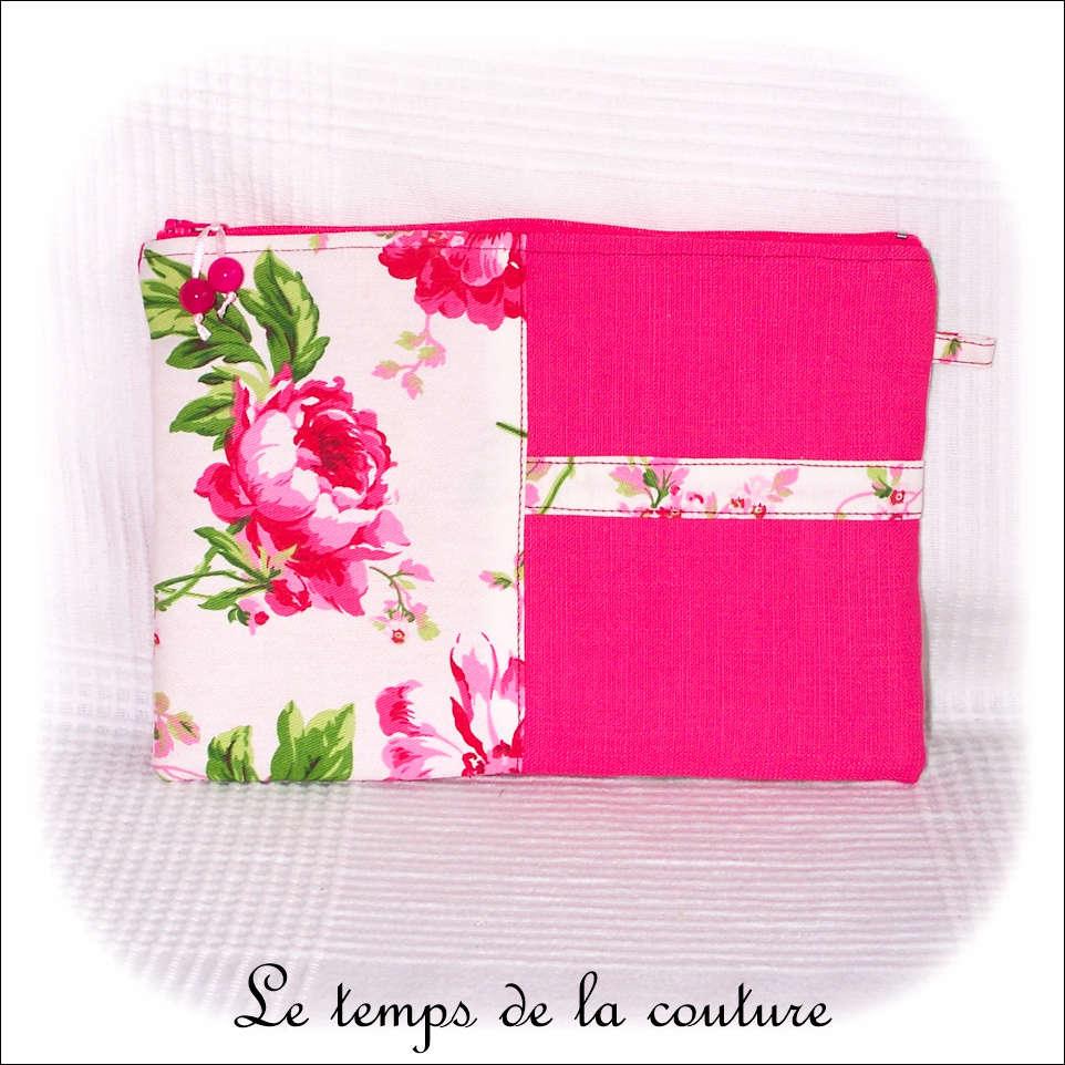 Pochette plate zippée motif fleuris tons rose, blanc et vert
