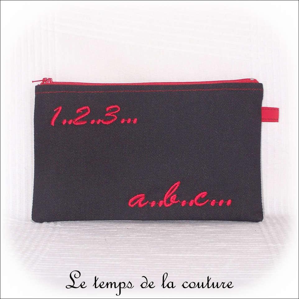 Trousse plate motifs lettres et chiffres tons noir et rouge