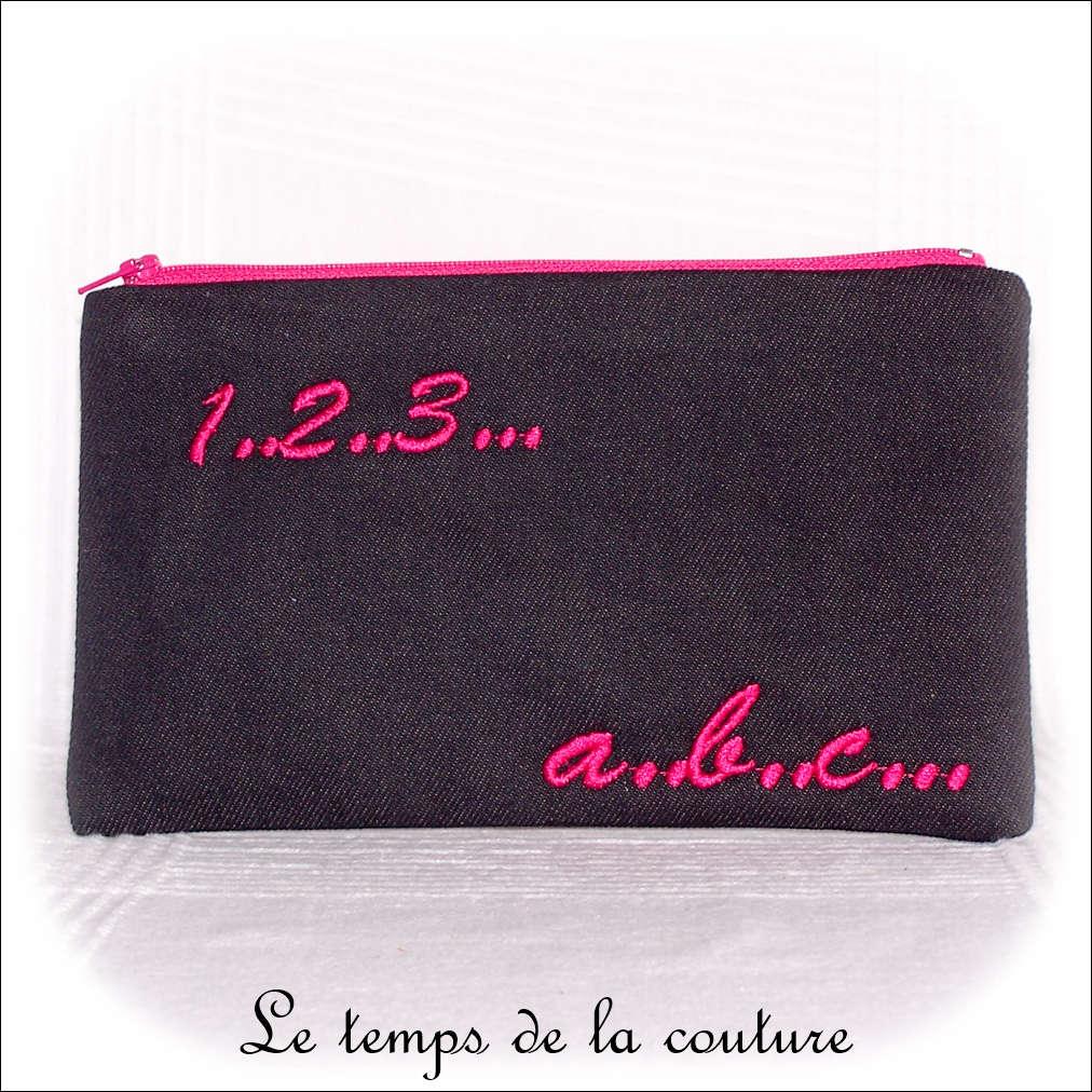Trousse plate motifs lettres et chiffres tons noir et rose