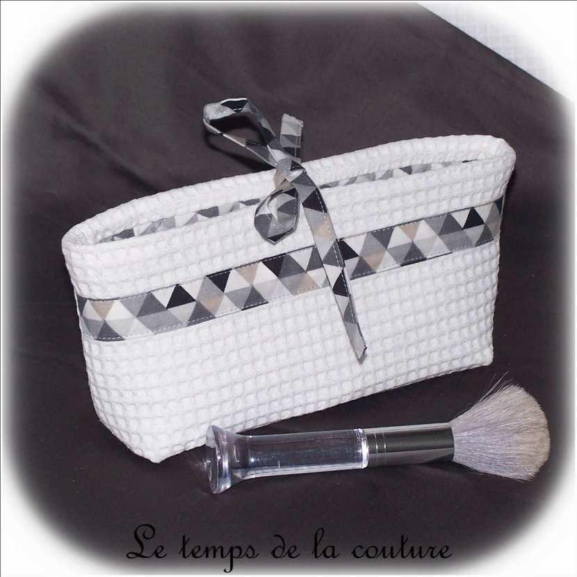 Pochette maquillage forme vide poche tons blanc et gris
