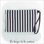 Pochette - droite - zippé -blanc noir rayure avec dragonne03 - GFC