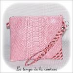 Pochette - droite - zippé - rose simili geometrique rose bordeaux avec dragonne01 - Z