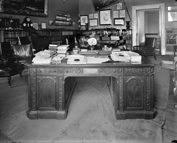 le resolute desk le bureau de la maison blanche mobilier de style classic stores. Black Bedroom Furniture Sets. Home Design Ideas