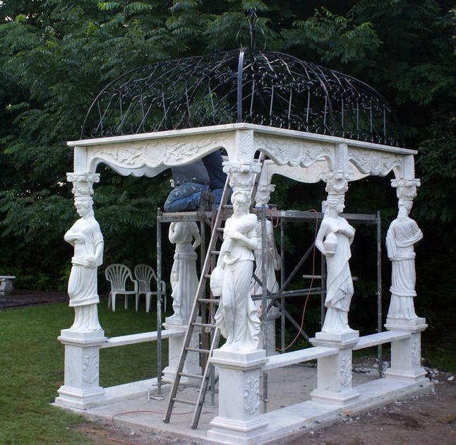 Gloriette style empire en marbre et fer forg mobilier for Gloriette de jardin en fer forge