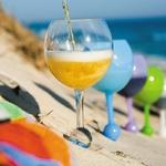 Verre à vin flottant dans la piscine ou à planter dans le sable