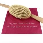 Brosse Bain Doux Good - Manche amovible, présentée dans sa pochette rose