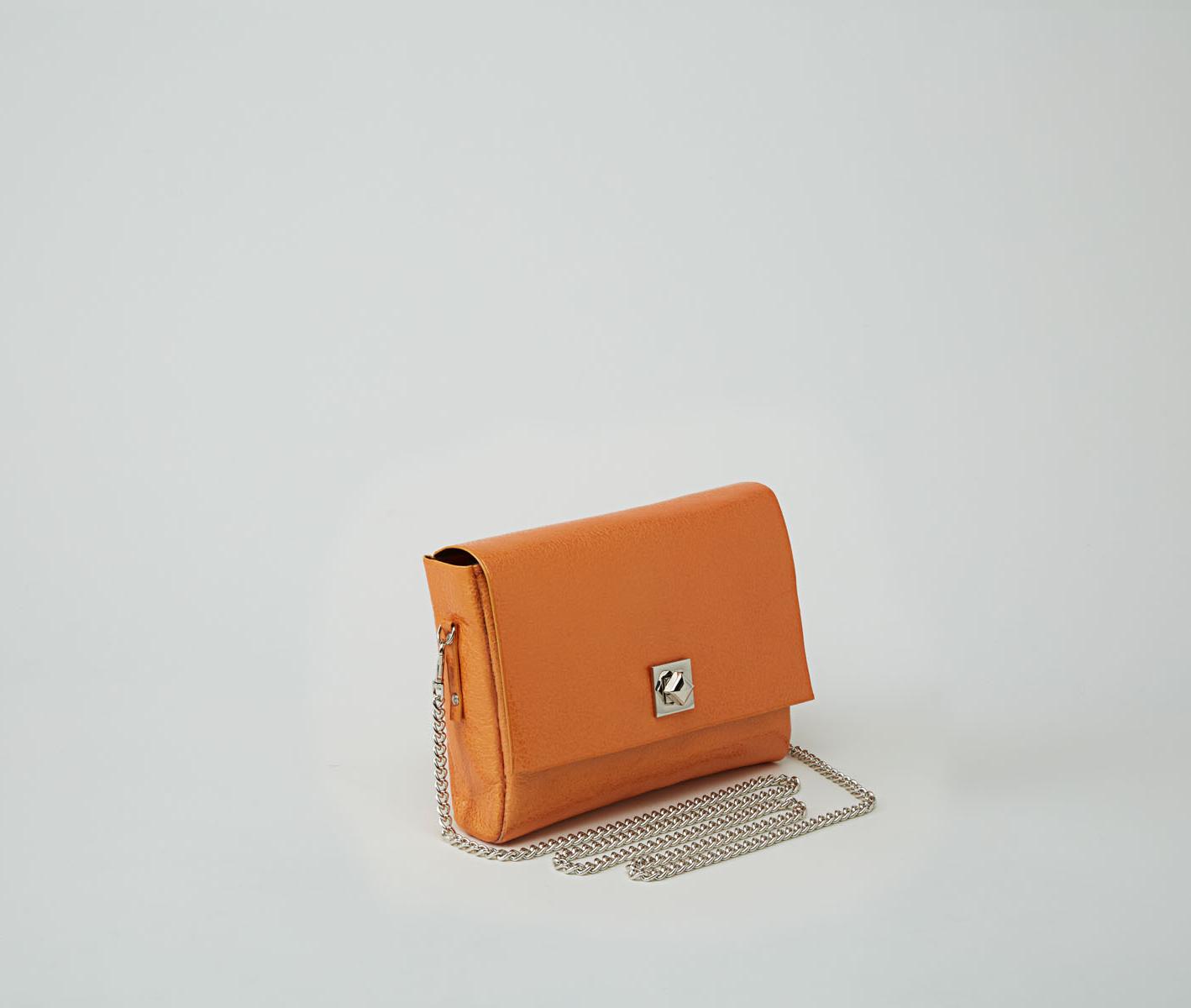 DHAULAGIRI sac bandoulière à chaine en cuir de veau métallisé verni orange