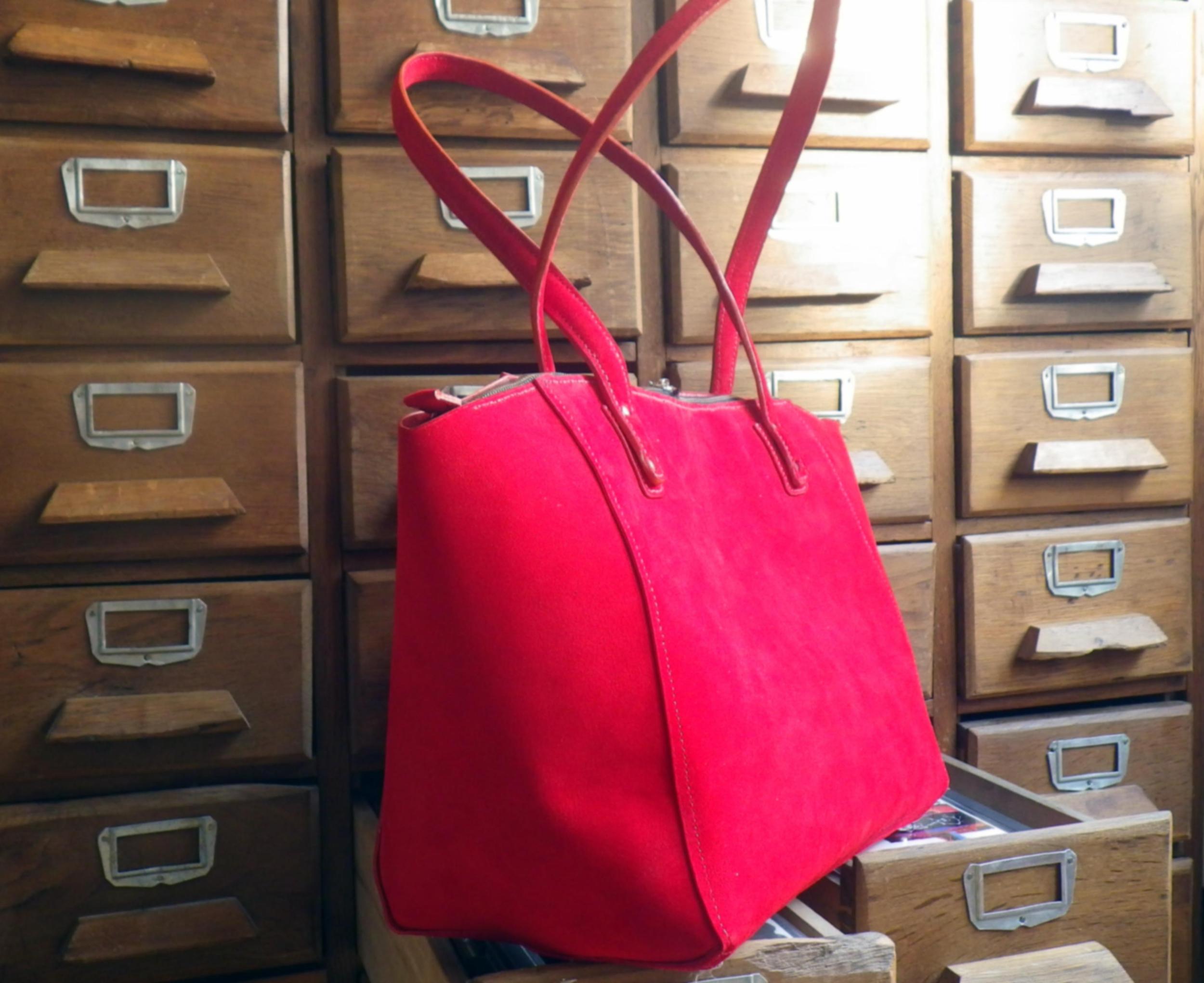GANGAPURNA sac en cuir de nourrain velours rouge ponceau porté main ou épaule.