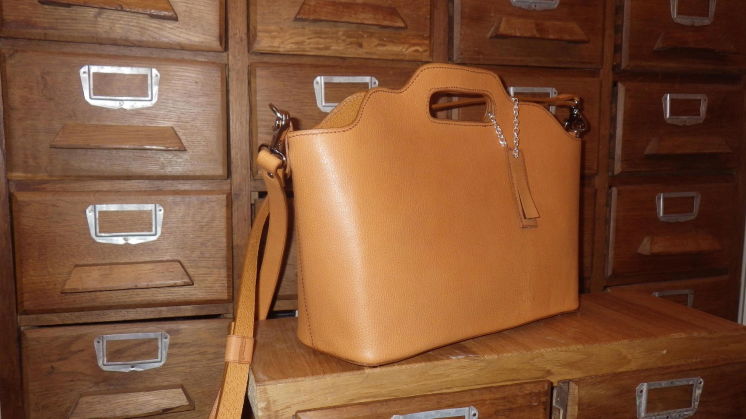 LHOTSE sac 2 en 1 en cuir de veau fauve porté main ou croisé