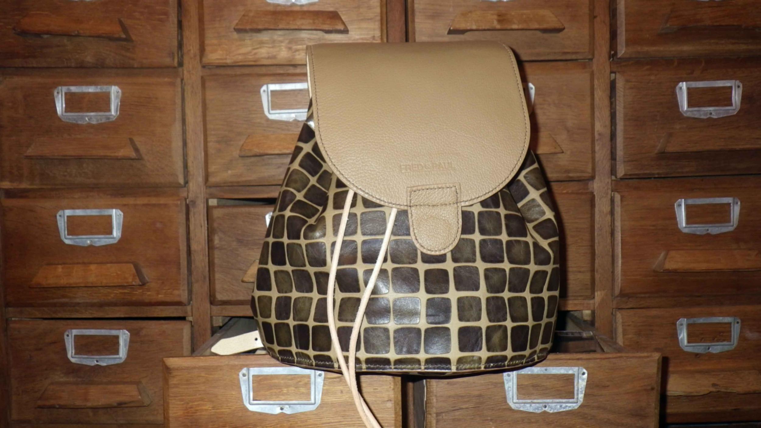 NAGALAND sac à dos en cuir de veau vert kaki et beige