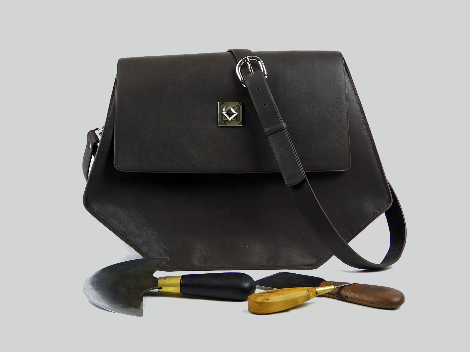 PUMORI XL  sac porté épaule ou croisé en cuir de veau gras chocolat