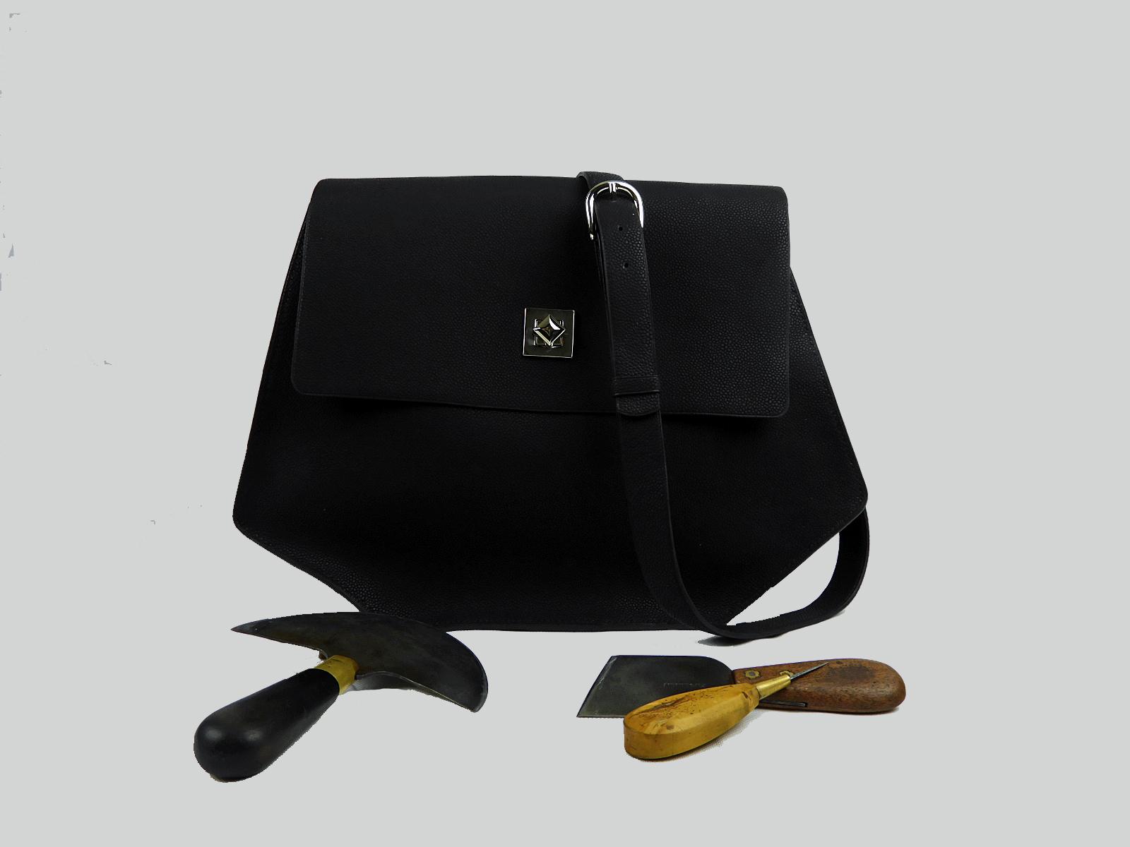 PUMORI XL  sac porté épaule ou croisé en cuir de veau grainé caviar noir