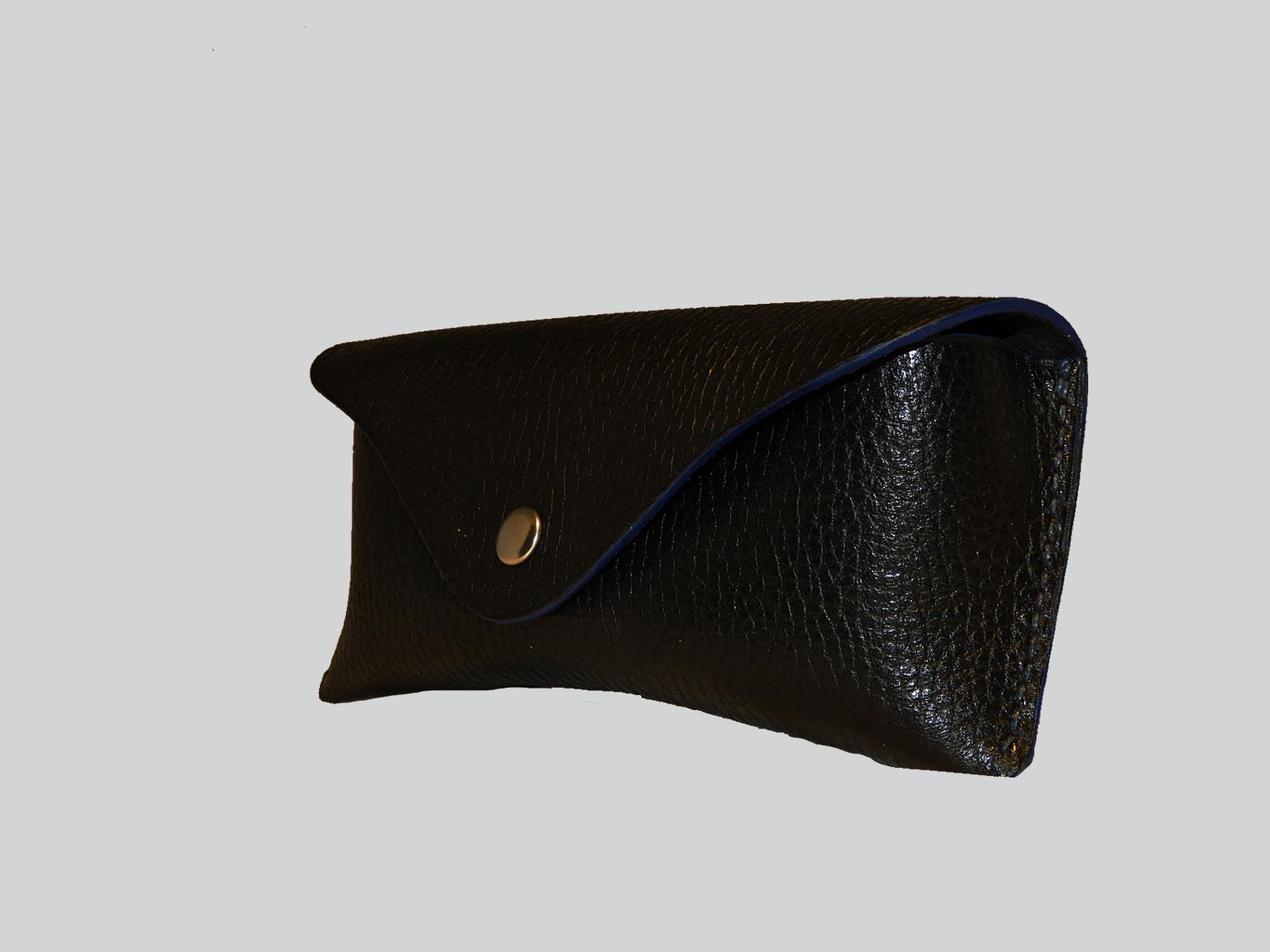 SAWU, étui à lunettes en cuir de veau grainé noir, finition bleue