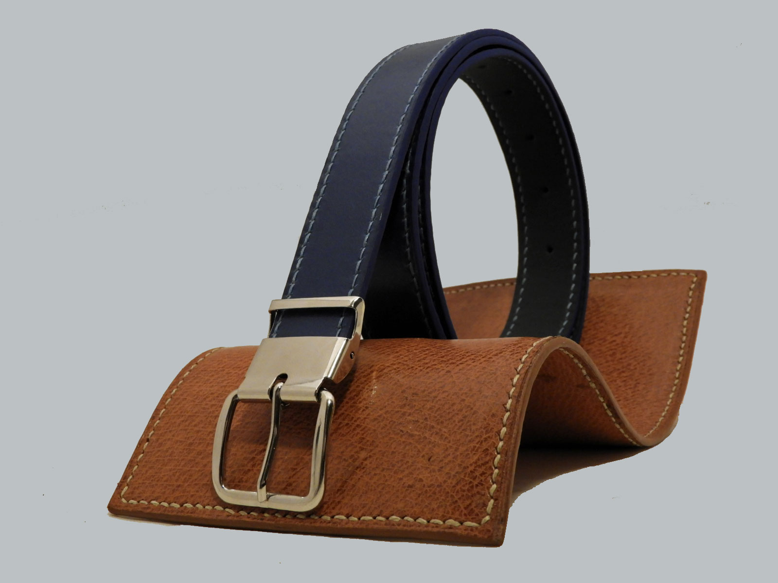 SHILLONG, ceinture réversible en cuir de veau lisse bleu nuit et bleu jean