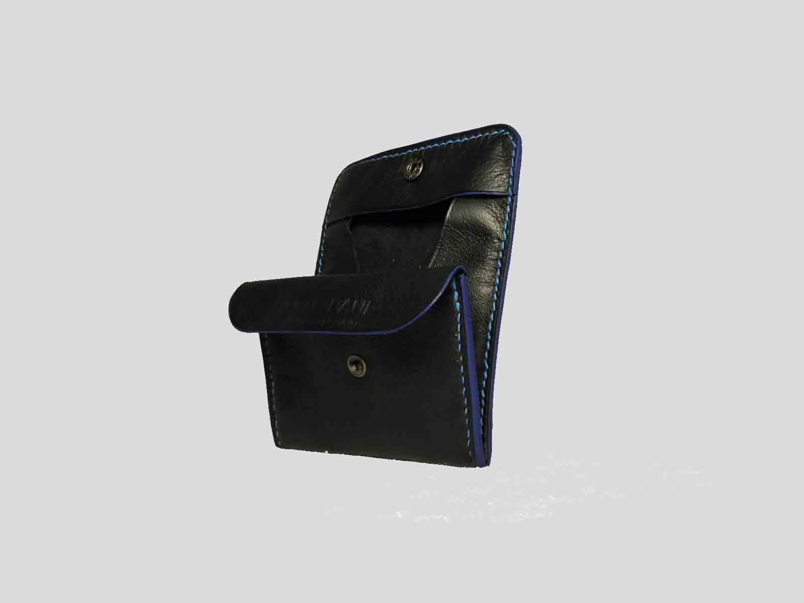 KULA KANGRI, porte monnaie en cuir de veau noir, finition bleue