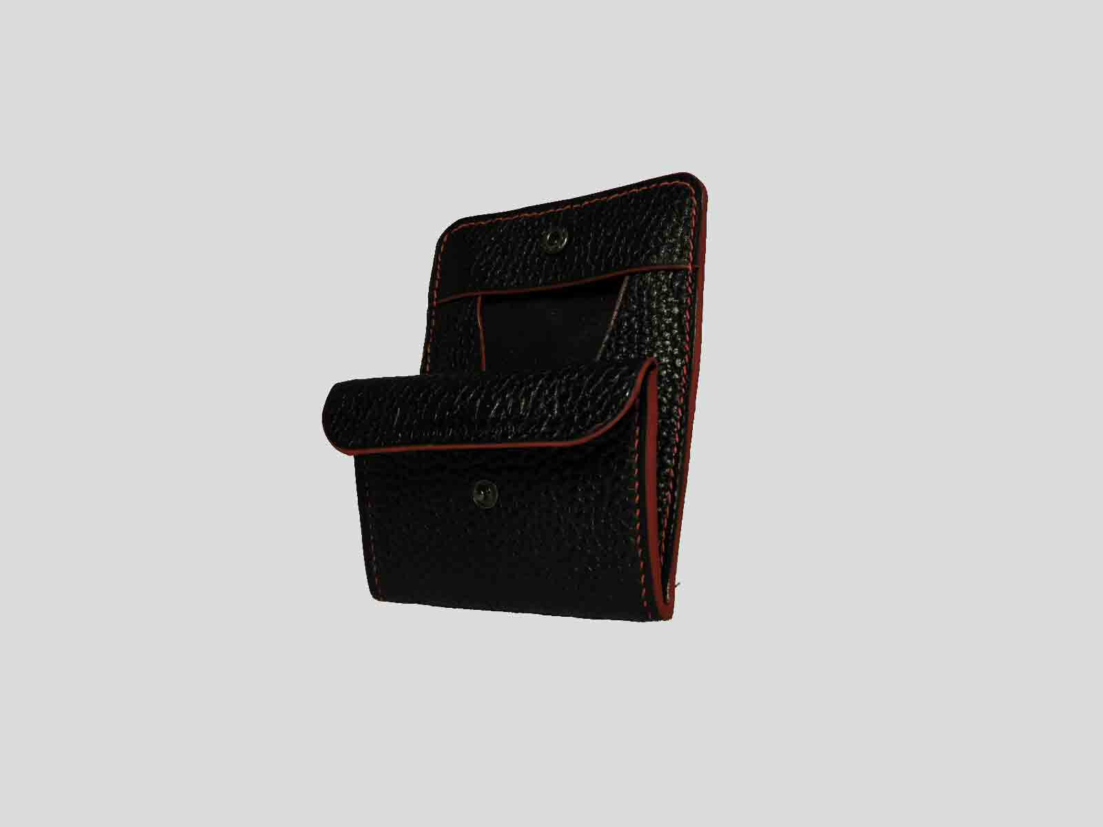 KULA KANGRI, porte monnaie en cuir de veau noir grainé, finition rouge