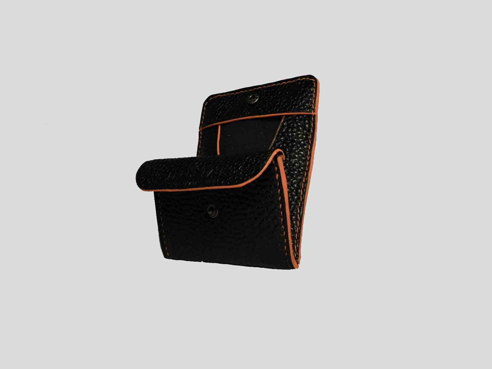 KULA KANGRI, porte monnaie en cuir de veau noir grainé, finition orange