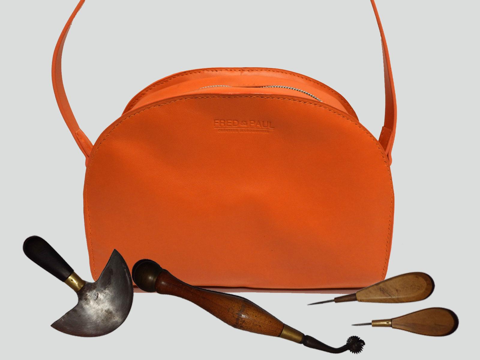 LABRADOR, sac porté croisé ou épaule en cuir de veau orange volcanic