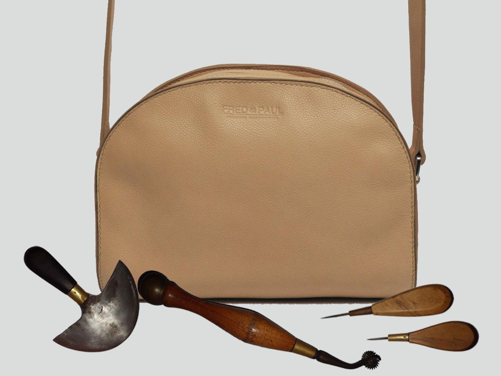LABRADOR, sac porté croisé ou épaule en cuir de veau beige grainé caviar