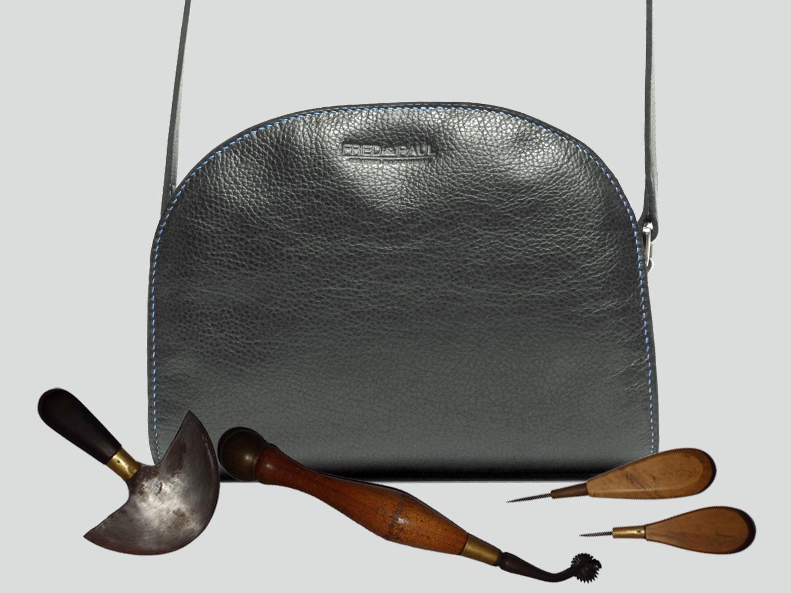 LABRADOR, sac porté croisé ou épaule en cuir de veau noir légèrement grainé