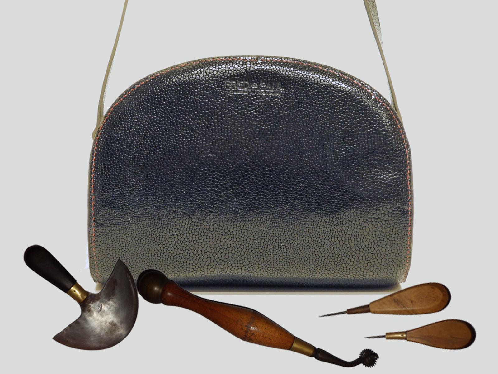 LABRADOR, sac porté croisé ou épaule en cuir de veau noir satiné grainé caviar