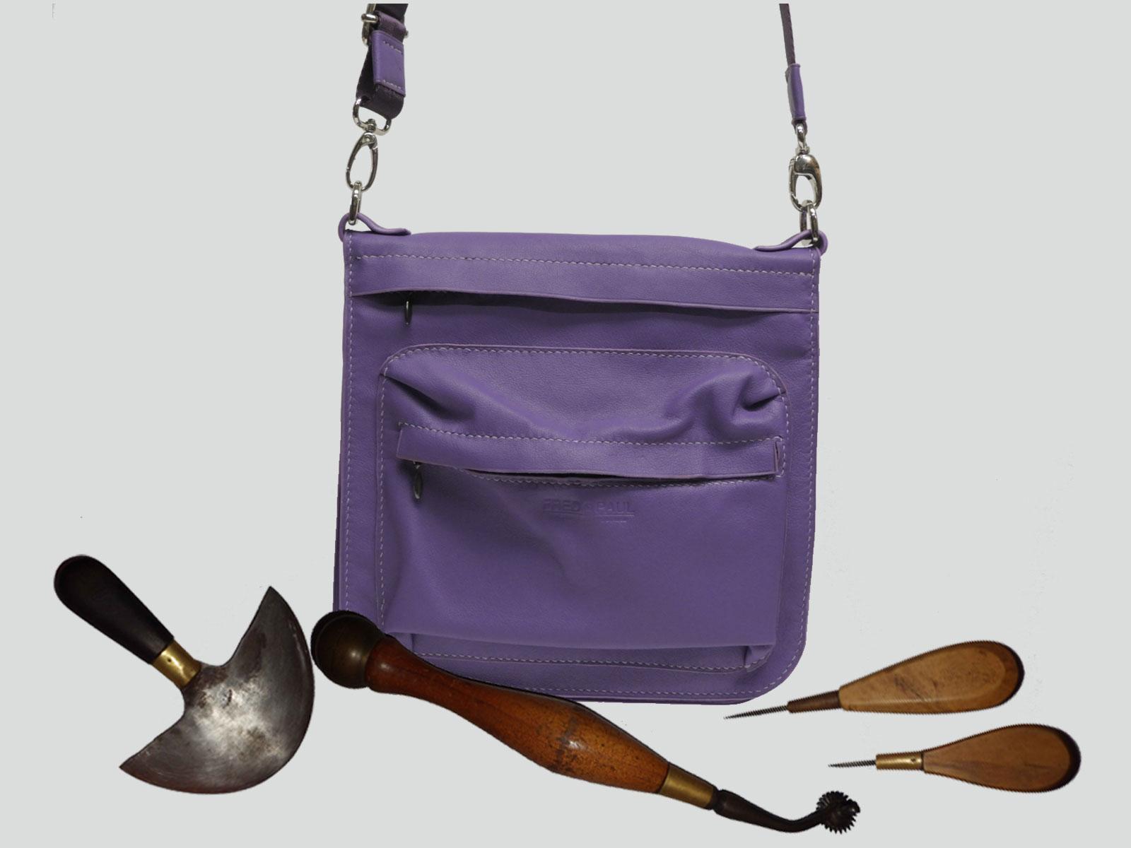 TIMOR, pochette en cuir de veau violet