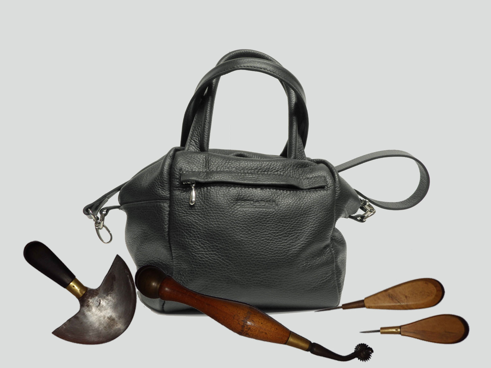 ODISHA, sac porté main ou croisé en cuir de veau noir grainé