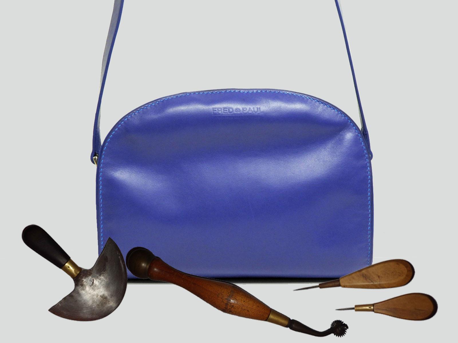 LABRADOR, sac porté croisé ou épaule en cuir de veau bleu Klein