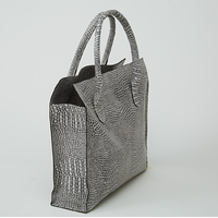 MANASLU sac cabas en cuir de veau façon reptile noir et blanc porté main ou épaule