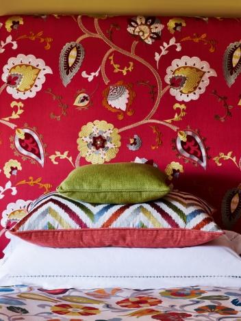 J752F-02_tissu-pasilo-fleurs-fond-rouge-tete-lit