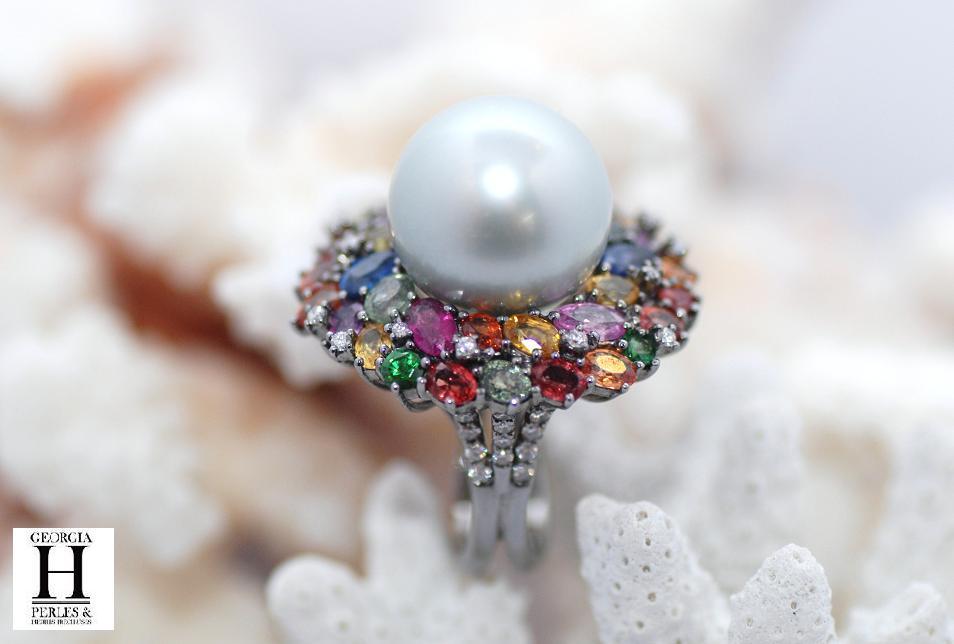 Bague en or rhodié noire, 1 perle de Tahiti saphirs, diamants, tsavorites vertes