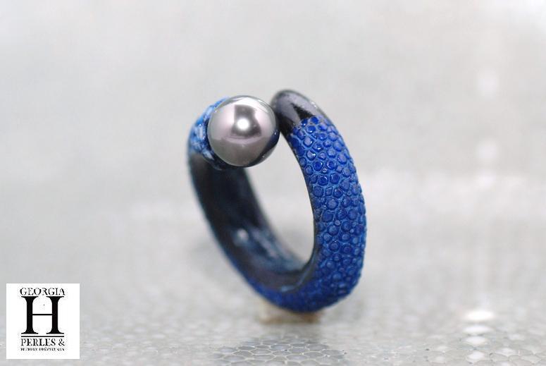 Bague cuir de raie galuchat bleu et perle de tahiti (5)