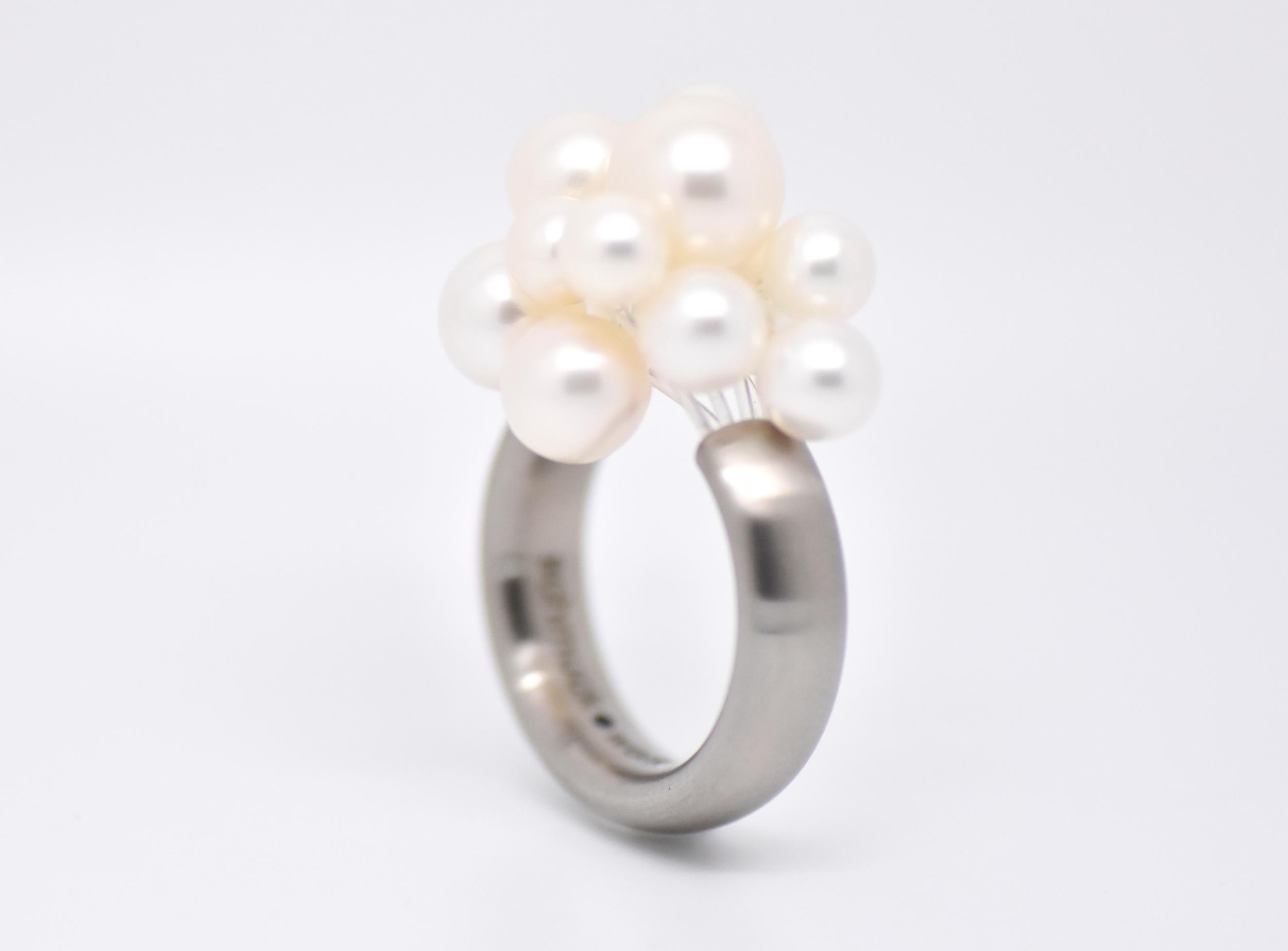 Bague ovale Cloud 12 perles blanches d\'eau douce en acier brossé mate