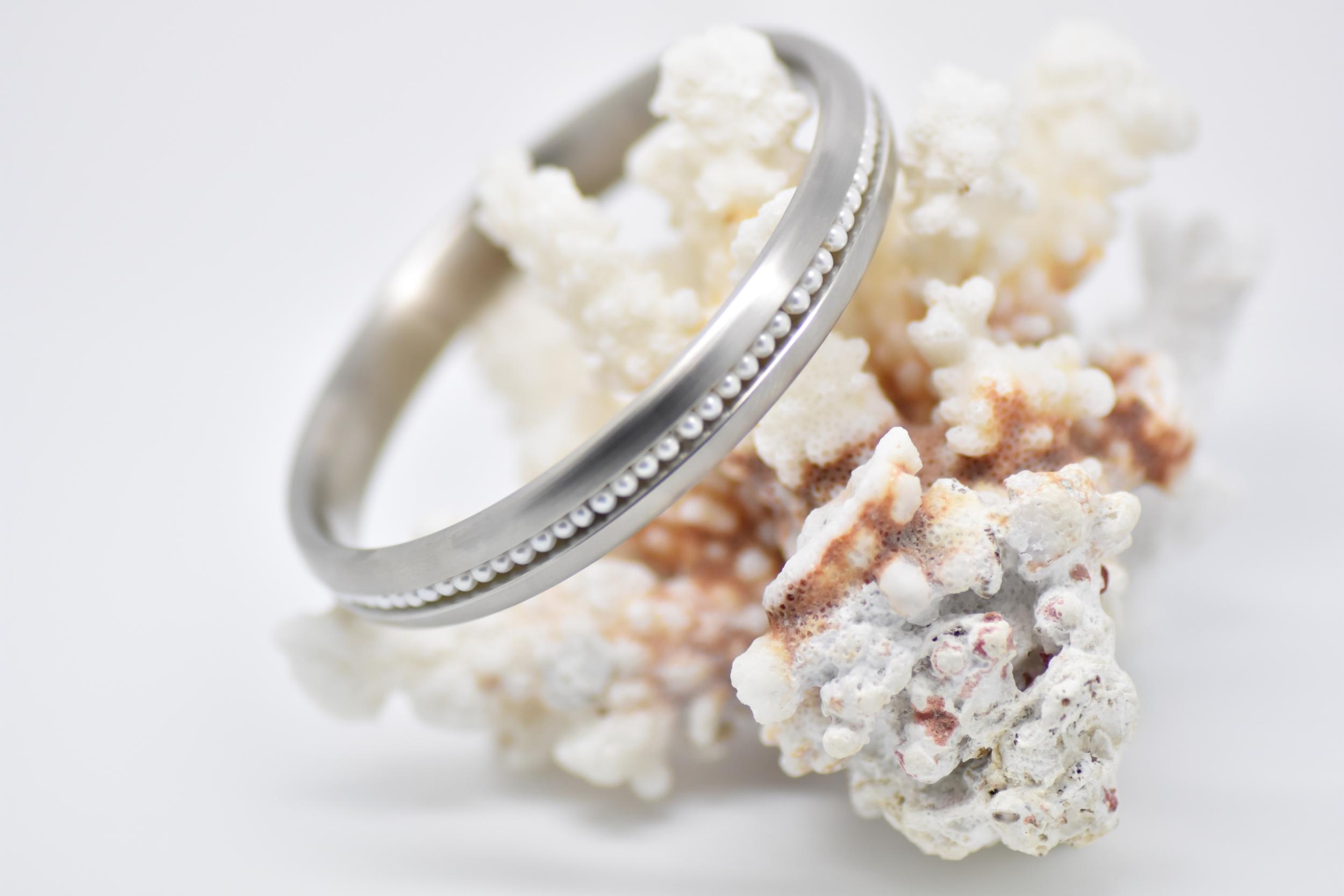 Bracelet jonc en acier mate brossé et perles blanches d\'eau douce