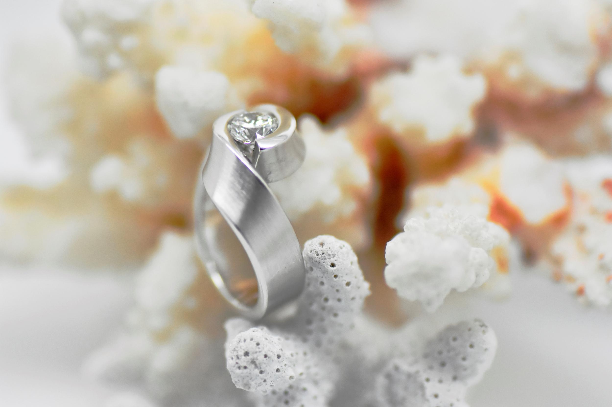 Bague EMBRASSE en or blanc 1 diamant solitaire