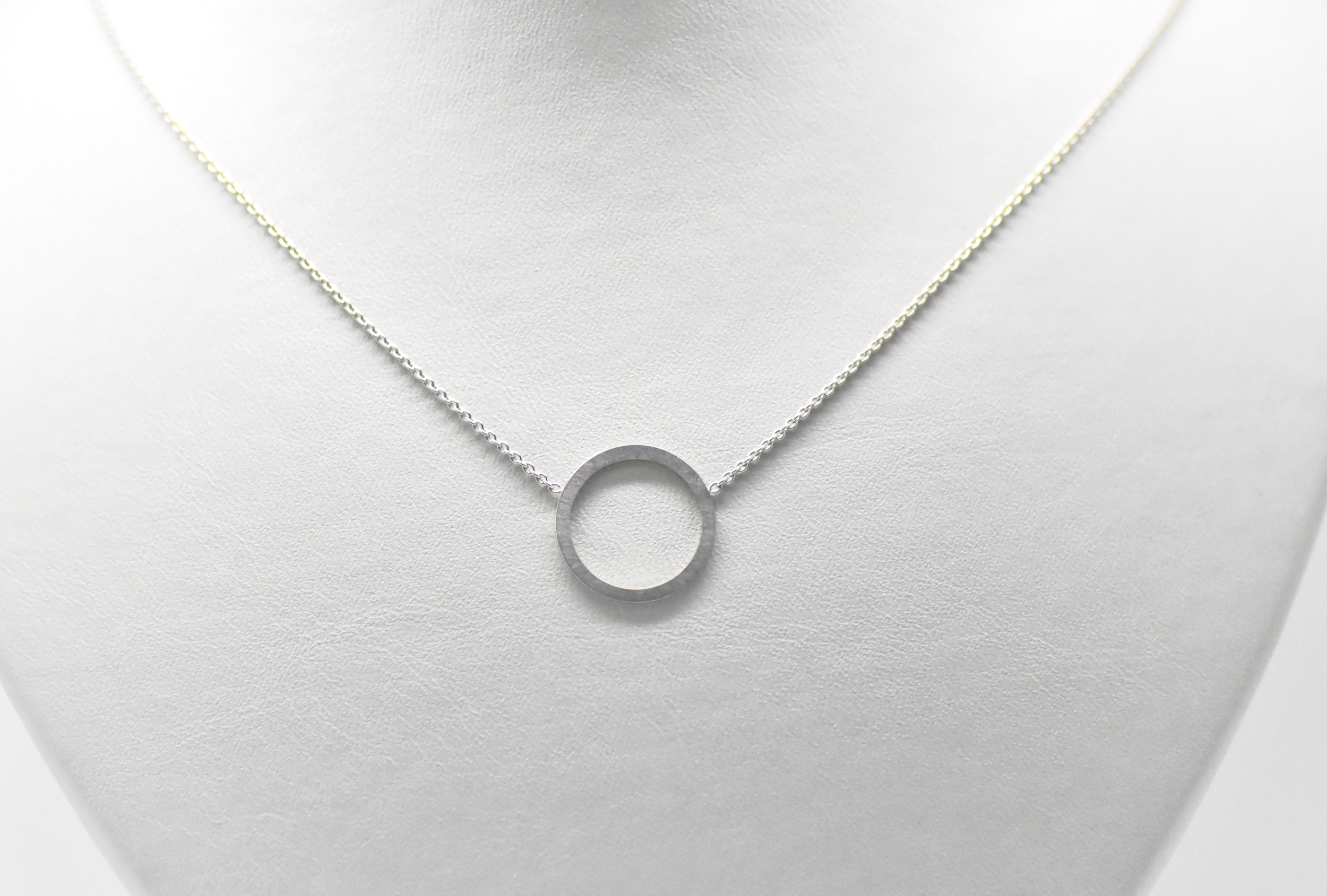 Pendentif SATURN petit anneau blanc mate