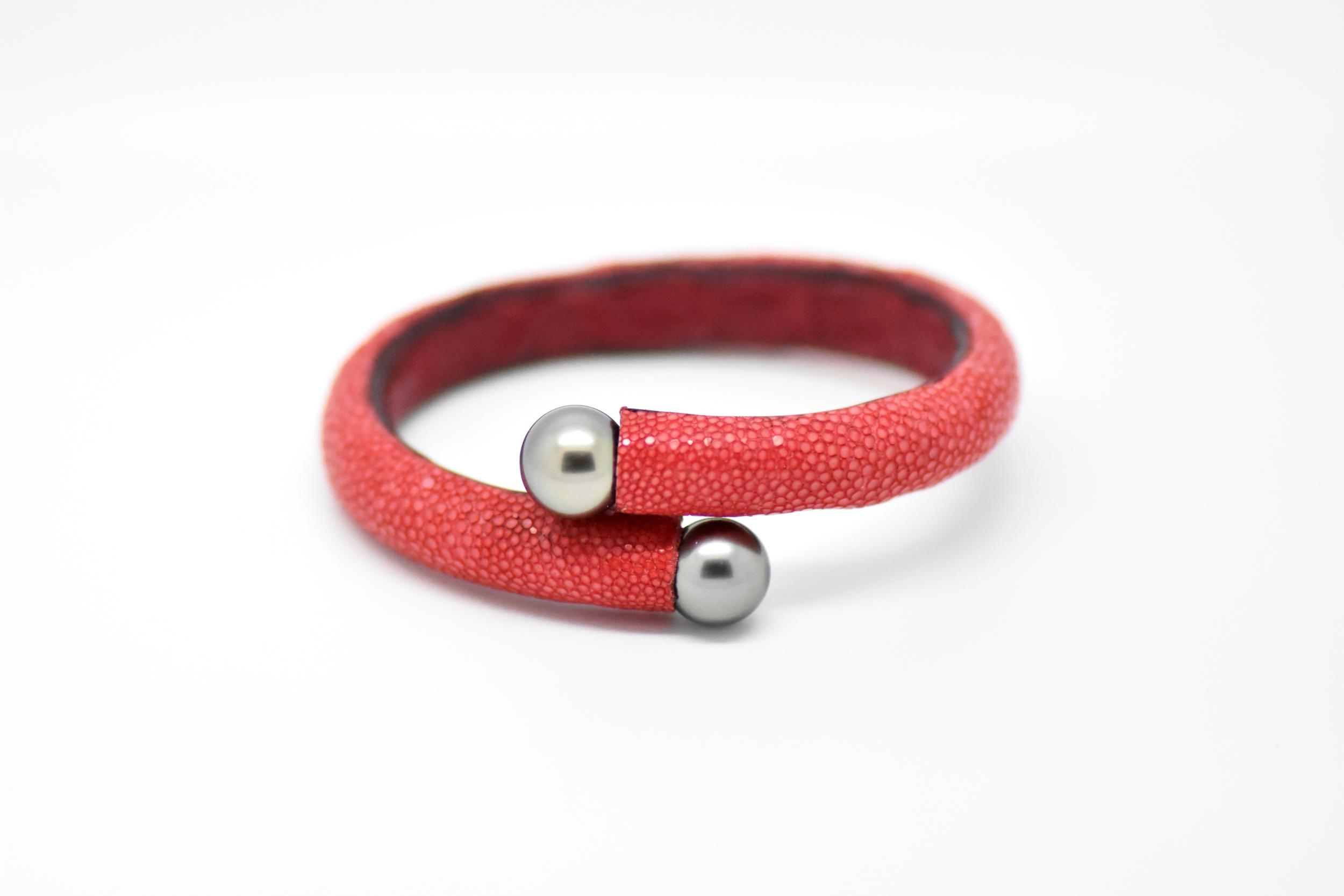 Bracelet Africa cuir galuchat rouge et 2 perles de Tahiti
