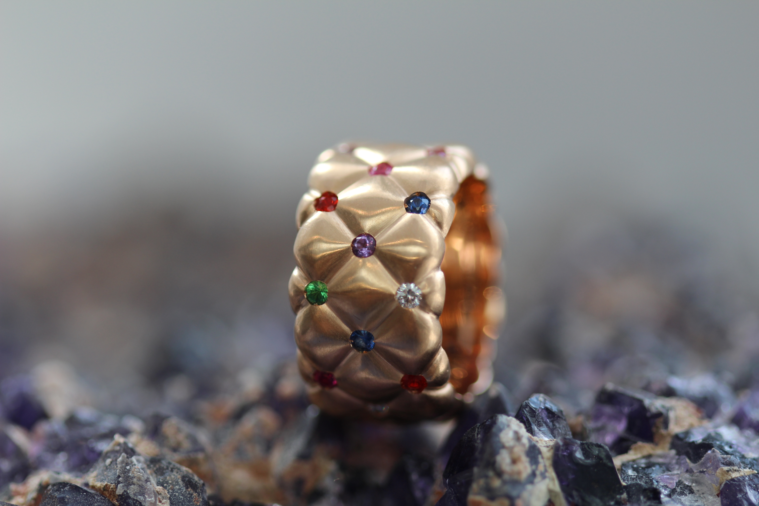 COLLECTION TREILLAGE EN OR ROSE ET PIERRES MULTICOLOR BAGUE LARGE FABERGÉ
