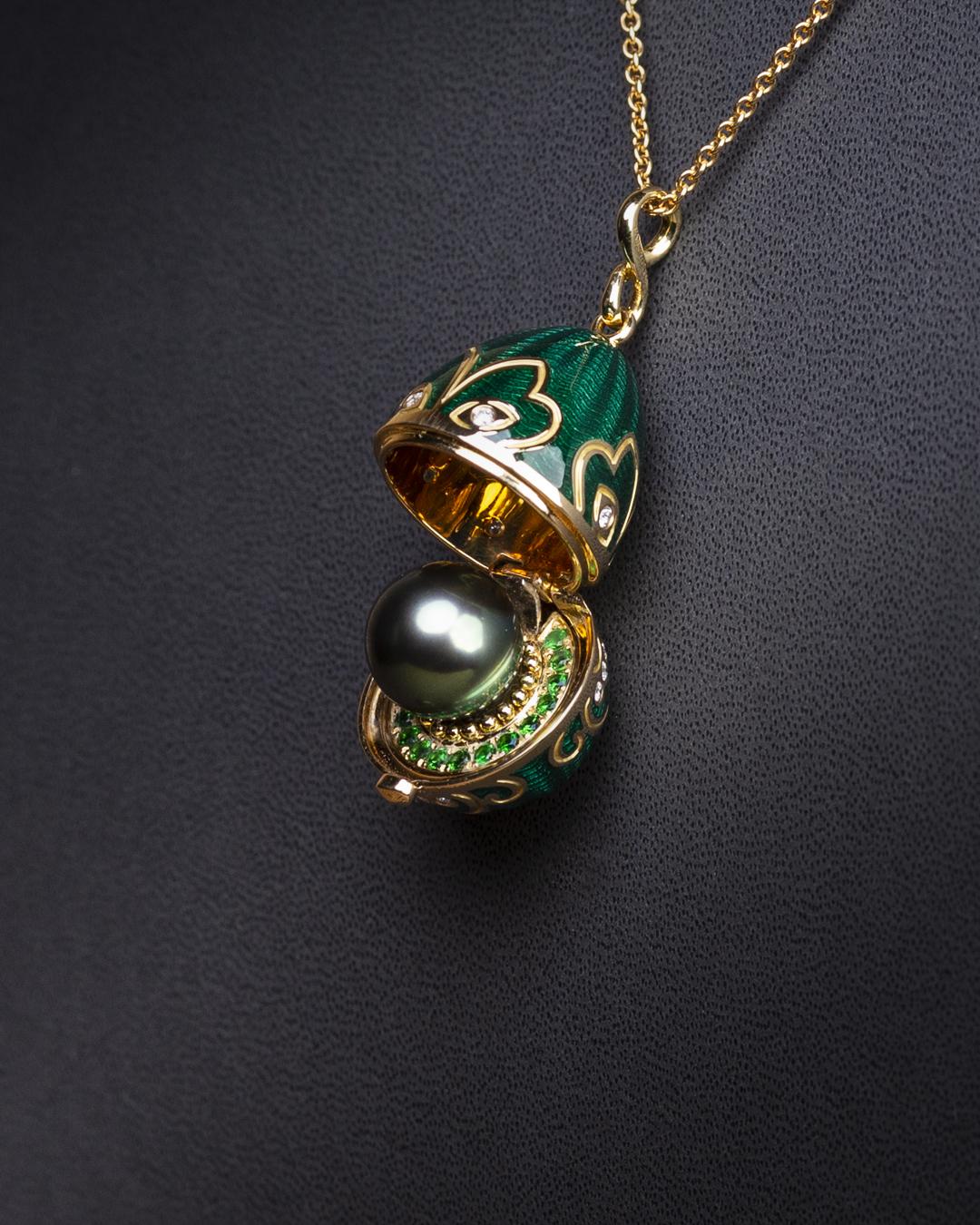 Amulette Tiki or jaune émail guilloché mains vert et sa perle de Tahiti
