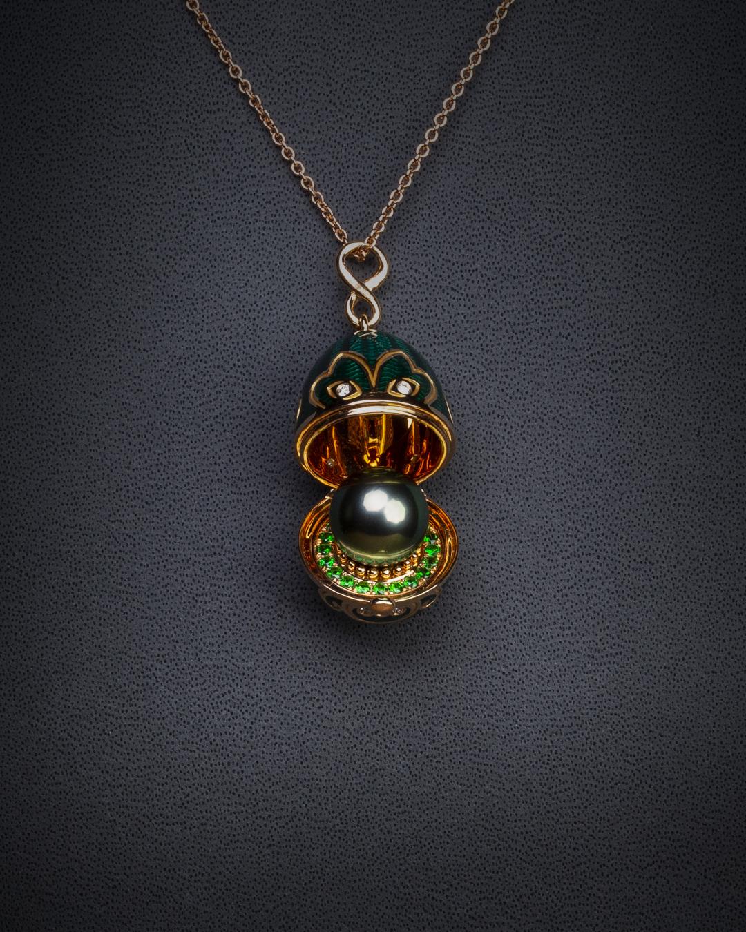 Amulette Tiki or rose émail guilloché mains vert et sa perle de Tahiti