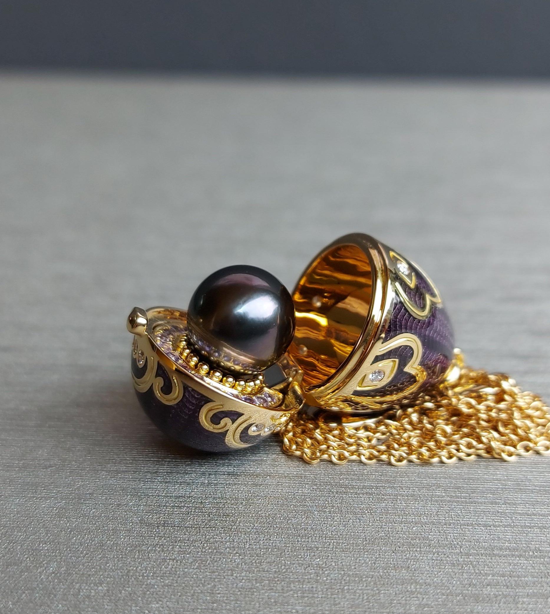 Amulette Tiki or jaune émail guilloché mains aubergine et sa perle de Tahiti