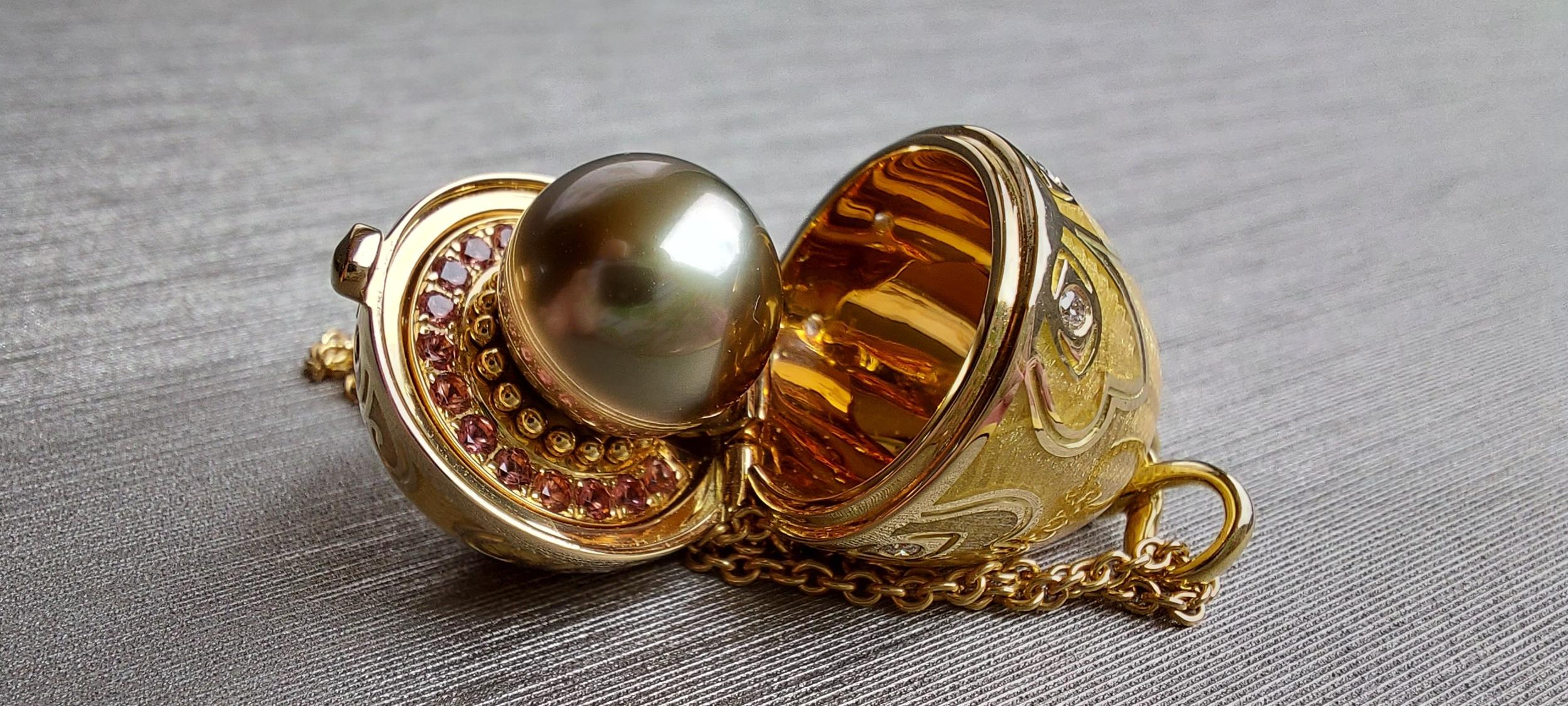 Amulette Tiki or jaune émail guilloché mains doré et sa perle de Tahiti