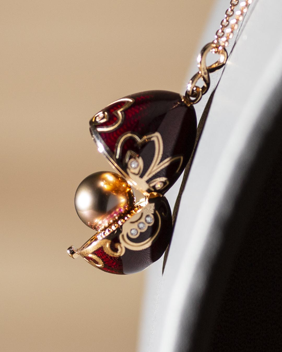 Amulette Tiki or rose émail guilloché mains cerise et sa perle de Tahiti