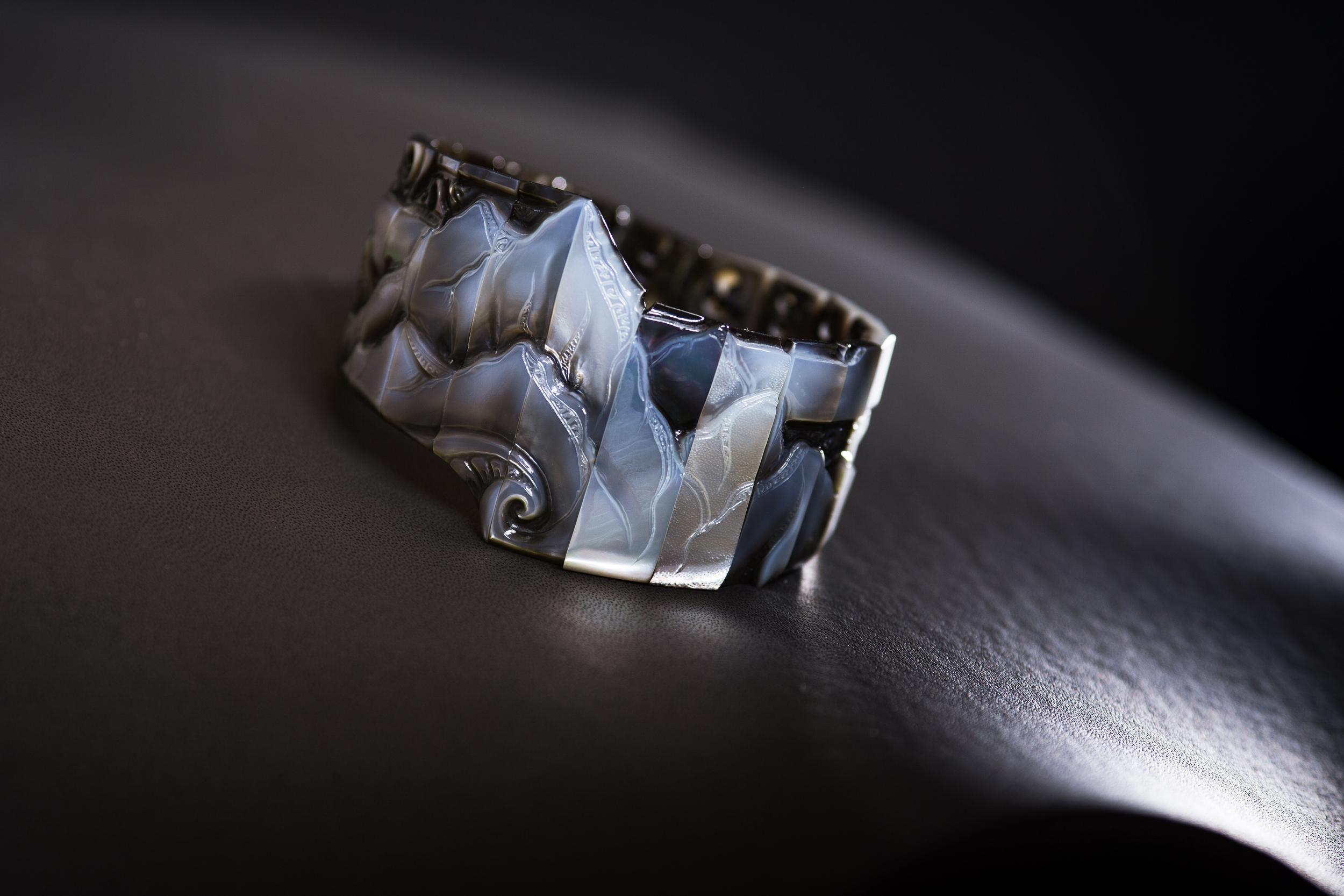 Bracelet manchette articulé en nacre gravée