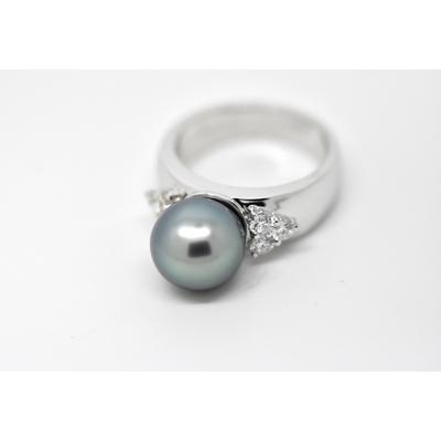"Bague  ""TRIANGLE"" or blanc, diamants et perle de Tahiti"