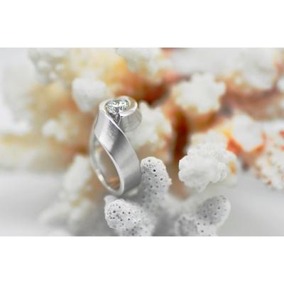 """Bague """"EMBRASSE"""" 1 diamant solitaire sur or blanc"""