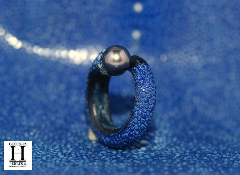 Bague cuir de raie galuchat bleu et perle de tahiti