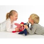 enfant avec poupée waldorf boyo rouge et bleue