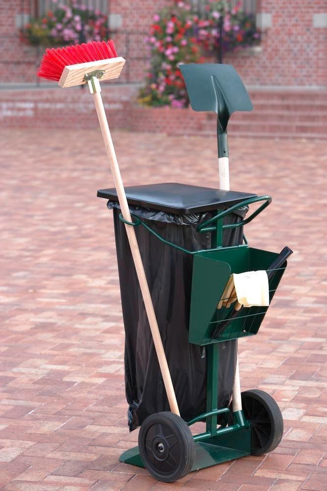 Chariot de nettoyage avec fixations pour sacs poubelle, balai, pelle, gants, etc.