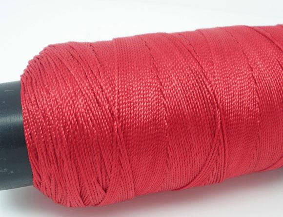 Une bobine de cordon  fil en coton rouge de 260 mètres